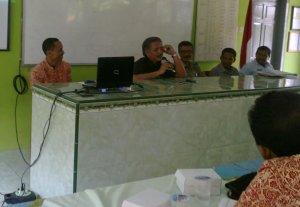 dengan serius santai Bpk Kepala DInas Pendidikan memberi materi dalam pertemuan rutin MGMP PAI SMP di SMPN 7 kediri 24 Nop. 2012